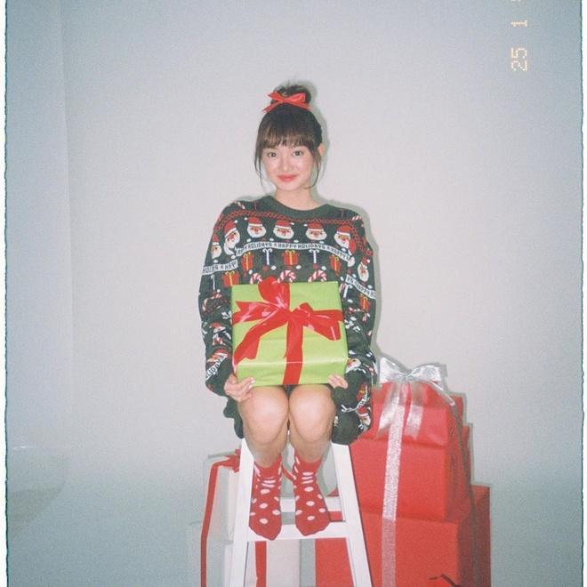 Angela Phuong Trinh di chua, Chi Pu tu tap hoi ban than dem Noel hinh anh 9 null