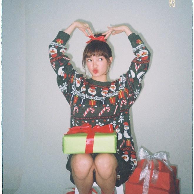 Angela Phuong Trinh di chua, Chi Pu tu tap hoi ban than dem Noel hinh anh 8 null