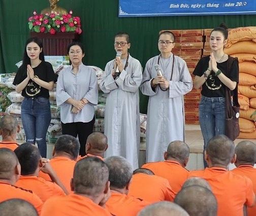 Angela Phuong Trinh di chua, Chi Pu tu tap hoi ban than dem Noel hinh anh 1 null