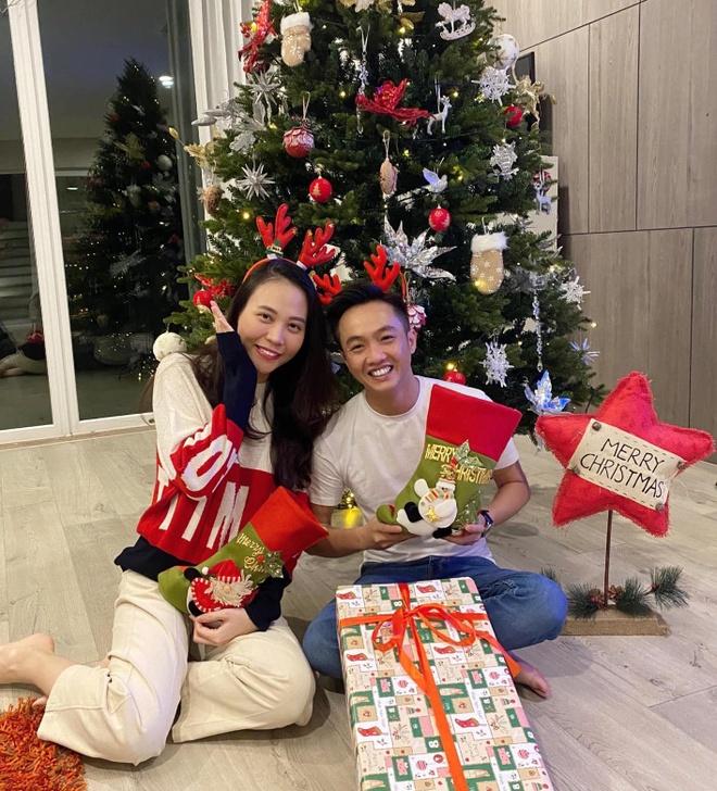 Angela Phuong Trinh di chua, Chi Pu tu tap hoi ban than dem Noel hinh anh 7 81476396_10221554431396440_1182316621557923840_o.jpg