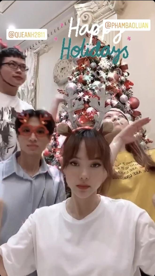 Angela Phuong Trinh di chua, Chi Pu tu tap hoi ban than dem Noel hinh anh 11 null