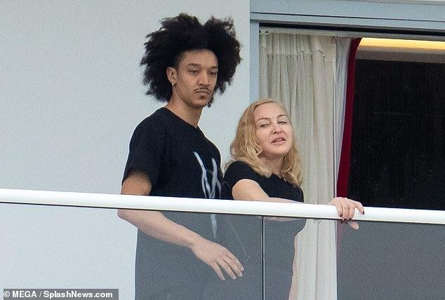 Madonna duoc long gia dinh ban trai kem 36 tuoi hinh anh 2