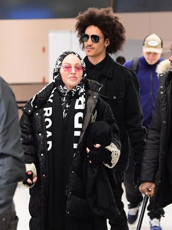 Madonna duoc long gia dinh ban trai kem 36 tuoi hinh anh 1