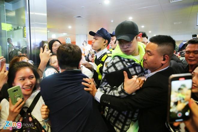 Khan gia Han buc xuc khi EXO lo ho chieu o san bay Noi Bai hinh anh 1