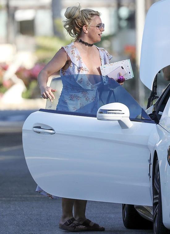 Britney Spears mac vay cu khi hen ho ban trai hinh anh 3 britney2_6394_1583834814.jpg