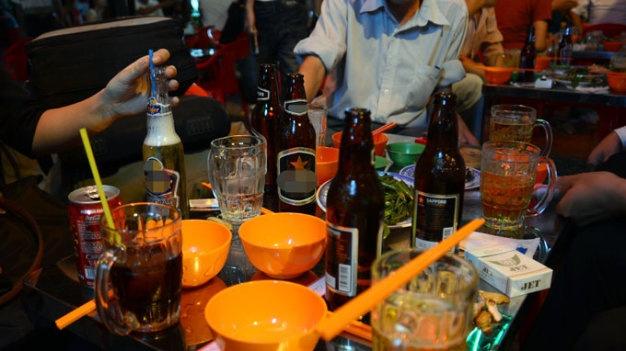Bac bo tin Viet Nam tieu thu bia 'quan quan the gioi' hinh anh 1 Khách uống bia tại một quán nhậu đêm ở TP.HCM