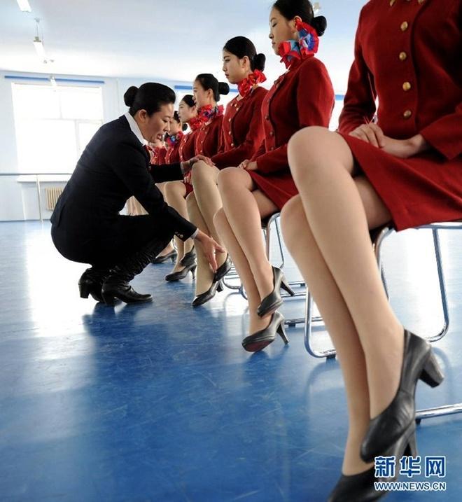 Ben trong lo luyen tiep vien hang khong Trung Quoc hinh anh 3 Tư thế ngồi cũng khá quan trọng đối với một tiếp viên hàng không.