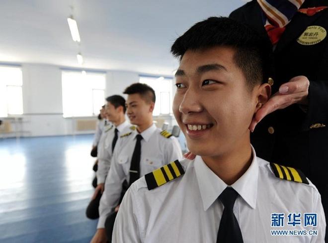 Ben trong lo luyen tiep vien hang khong Trung Quoc hinh anh 5 Bài tập ngồi xổm của các nam sinh trường đào tạo tiếp viên hàng không Cáp Nhĩ Tân.
