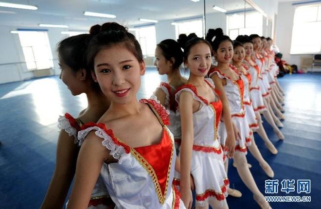Ben trong lo luyen tiep vien hang khong Trung Quoc hinh anh 8 Nữ sinh tập múa ballet để luôn giữ được vóc dáng.