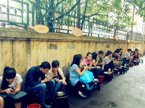Quán ăn vỉa hè này đặc biệt đông khách vào buổi chiều, tầm từ 16h đến 17h.