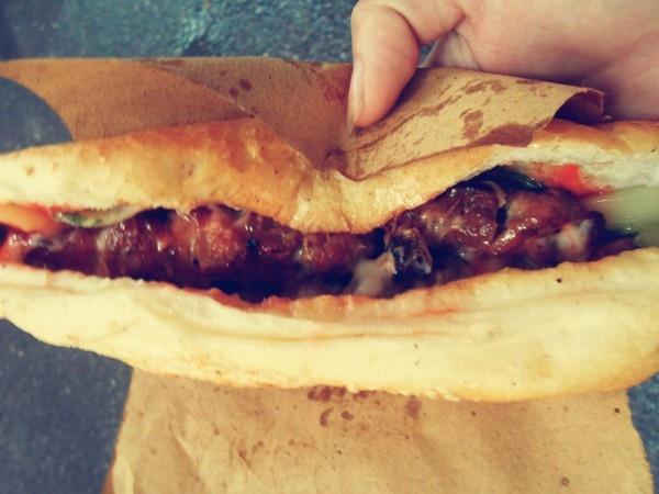 Bánh mỳ kẹp 2 xiên thịt nướng cùng dưa góp đầy đặn với mức giá chỉ 17.000 đồng/chiếc. Nhiều khách cho biết, họ chỉ cần ăn một chiếc bánh mỳ là có thể thay bữa cơm chiều.