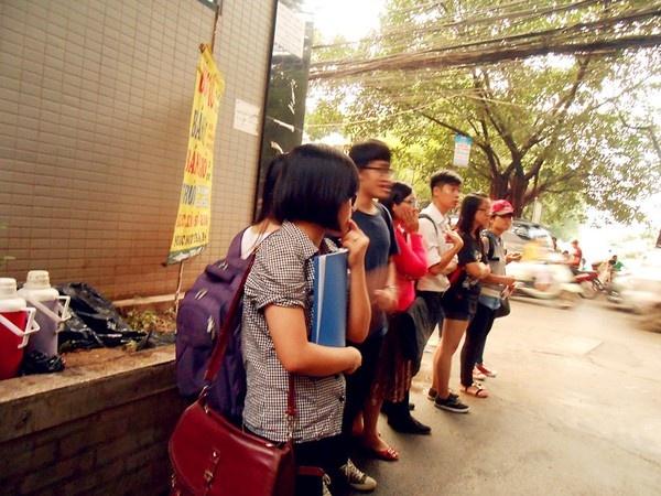 Không có thời gian ngồi lê la vỉa hè, nhiều khách phải xếp hàng đứng đợi mua thịt xiên ở quán của Đức mang đi.