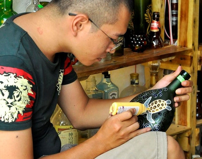 1.Hàng ngàn vỏ chai thủy tinh phế liệu được vợ chồng anh Đinh Thiên Tâm và chị Nguyễn Diệu Thùy ở Hà Nội nhặt về và sáng chế thành những đồ gia dụng, trang trí nội thất độc đáo và đem lại lợi nhuận lớn.