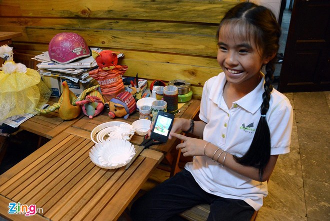 4.Sau nhiều năm ấp ủ, ý tưởng độc đáo mới lạ của cô bé 9 tuổi Phan Lê Ánh Dương, hiện đang là học sinh lớp 4 trường Tiểu học bán trú Thới Tam, huyện Hóc Môn, TP.HCM đã trở thành hiện thực với việc kinh doanh quán cà phê giải khát và giới thiệu sản phẩm thủ công tái chế từ rác. Quán cà phê được trang trí độc đáo, bắt mắt bằng những món đồ thủ công do chính tay cô bé 9 tuổi và các bạn khuyết tật tạo ra.