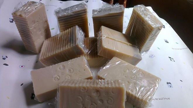 Có nhiều năm kinh nghiệm chế biến xà phòng theo kiểu handmade nhưng ý tưởng chọn sữa mẹ là thành phần chính mới được chị Thư, 26 tuổi, ở Hà Nội áp dụng trong thời gian gần đây.