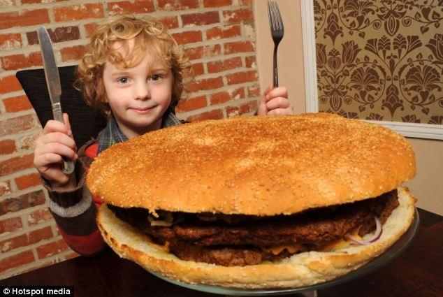 Nhung chieu dung thuc an khong lo de quang ba thuong hieu hinh anh 3 Một nhà hàng tại Anh đã tạo ra chiếc bánh Humberger khổng lồ, bằng trọng lượng của 26 chiếc bánh bình thường với đường kính 30cm cùng khối thịt bò nặng 3kg và 40 lát pho mát . Chiếc bánh chứa tới 13.000 calo - là mức calo trung bình mà một người đàn ông bình thường có thể tiêu thụ trong 1 tuần. Chủ nhà hàng sẽ miễn phí chiếc bánh cho bất cứ thực khách nào có thể ăn hết trong vòng 2 tiếng, còn không, họ sẽ phải trả số tiền khoảng <abbr class=