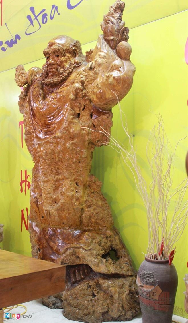 Nhung do vat lam tu go quy co gia bac ty nam 2014 hinh anh 7 7.Tại Hội chợ Làng nghề truyền thống ở Hà Nội hồi giữa năm, chiếc sập làm hoàn toàn từ gỗ mun nguyên khối, có chiều dài 3,1 m, rộng 1,7 m, dầy 19 cm được chào bán với giá lên đến 650 triệu đồng, khiến nhiều khách hàng quan tâm.