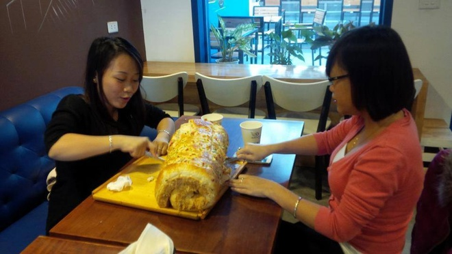 An het chiec banh 2,1 kg duoc thuong 1 trieu dong hinh anh 1
