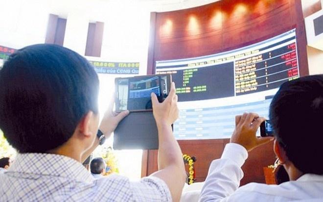 Quỹ và… diễn đàn: Ngoài 10 nhân vật có sức ảnh hưởng lớn đến thị trường chứng khoán kể trên, sẽ là thiếu sót nếu không nói đến vai trò rất lớn đến toàn thị trường của các quỹ đầu tư chỉ số và các diễn đàn chứng khoán.  Dường như không ai chú ý đến việc cá nhân nào đang trực tiếp phụ trách hoạt động đầu tư các quỹ đầu tư chỉ số (ETF) như FTSE, Market Vectors Vietnam ETF tại Việt Nam, nhưng có điều chắc chắn là, mỗi kỳ cơ cấu danh mục của các quỹ này đều tạo nên những cơn sốt trên thị trường chứng khoán Việt Nam.  Trong năm qua, các quỹ đầu tư chỉ số đã góp phần tạo nên những kỷ lục trên thị trường chứng khoán, trong đó có việc mua vào khối lượng cổ phiếu khổng lồ chỉ trong một phiên.  Trong khi đó, các diễn đàn lại đóng vai trò tác động ngắn và rất nhanh lên thị trường. Nhiều tin đồn dù không rõ đến từ ai, nhưng thường gây tác động không nhỏ. Trên các diễn đàn, các tin đồn không chừa một lĩnh vực nào, từ tin hoạt động sản xuất kinh doanh của doanh nghiệp đến tin chính sách, thậm chí là tin đồn cá nhân, từ môi giới đến chính khách, doanh nhân… Đôi khi vô hại, đôi khi có thể giúp nhà đầu tư kiếm bộn tiền, nhưng cũng nhiều trường hợp khiến không ít nhà đầu tư, doanh nghiệp khác phải lao đao.