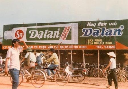 10 thuong hieu khong chet trong long nguoi Viet hinh anh 6 6.Kem đánh răng Dạ Lan: Vào những năm 1993-1994, thương hiệu kem đánh răng Dạ Lan nức tiếng trong khu vực. Nó chiếm tới gần 70% thị phần cả nước. Nhưng sau đó, ông Trịnh Thành Nhơn - người tạo ra thương hiệu này - lại bán Dạ Lan cho Colgate Palmolive với giá <abbr class=