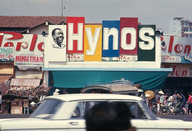 10 thuong hieu khong chet trong long nguoi Viet hinh anh 7 8.Kem đánh răng Hynos: Rất nhiều người Sài Gòn sinh ra và lớn lên vào thế kỷ 20 vẫn còn nhớ đến kem đánh răng Hynos với hình người đàn ông da đen nở nụ cười tươi rói, khoe hàm răng trắng sáng. Đây là một thương hiệu Việt từng làm mưa làm gió trên thị trường. Năm 2007, công ty cổ phần P/S cũng bắt đầu phục hưng lại sản phẩm kem đánh răng Hynos. Hynos được bán ở nông thôn nhưng đạt doanh thu thấp. Do vậy, công ty đã đưa Hynos quay về thành thị, bán tại siêu thị. Tuy nhiên, thương hiệu này hiện vẫn chưa thể nổi cộm như thời hoàng kim trước kia.