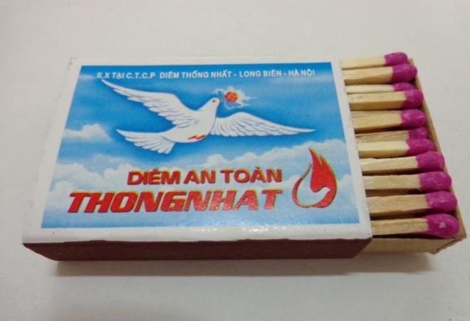 """10 thuong hieu khong chet trong long nguoi Viet hinh anh 10 Diêm Thống Nhất: Bao diêm có logo truyền thống với hình chú chim bồ câu trắng, phía dưới dòng chữ """"Diêm Thống Nhất"""" cỡ lớn chạy ngang mặt bao cho in nơi sản xuất tại công ty cổ phần diêm Thống Nhất. Khi những chiếc bật lửa chưa phổ biến, diêm Thống Nhất là sản phẩm không thể thiếu trong sinh hoạt của người Việt. Và hiện nay, nó vẫn được sử dụng rộng rãi trong cả nước."""