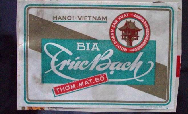 10 thuong hieu khong chet trong long nguoi Viet hinh anh 4 Tới năm 1957 nhà máy được Việt Nam xây dựng lại và đi vào hoạt động với cái tên Nhà máy bia Hà Nội. Ngày 15/8/1958, mẻ bia đầu tiên chính thức ra đời, được đặt tên là Trúc Bạch. Khoảng những năm của thập niên 80, đất nước khó khăn, loại bia cao cấp Trúc Bạch vượt quá khả năng tiêu dùng của người dân, nên việc sản xuất bia Trúc Bạch phải dừng lại.Năm 2010, chọn đúng dịp kỷ niệm đại lễ 1.000 năm Thăng Long, Habeco bất ngờ tái xuất bia Trúc Bạch.Trúc Bạch rất khó cạnh tranh do không làm rõ được phân khúc của mình.