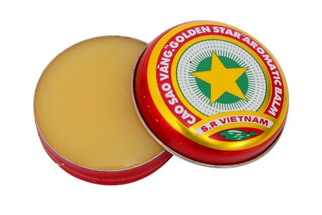 10 thuong hieu khong chet trong long nguoi Viet hinh anh 8 Cao Sao Vàng: Những năm 90 của thế kỷ trước, trong bất cứ gia đình người Việt nào cũng có một hộp Cao Sao Vàng. Tuy nhiên, hiện nay, sản phẩm này lại được cộng đồng khách hàng thương mại điện tử quốc tế đánh giá cao. Trên trang điện tử eBay, một hộp Cao Sao Vàng được bán với giá 50.000-70.000 đồng, đắt gấp 30 lần so với giá gốc bán ở Việt Nam. Sản phẩm này nhận được nhiều phản hồi tốt và thường… cháy hàng trên các website mua bán như eBay hay Amazon. Trong giỏ hàng của người bán luôn cập nhật tình trạng hàng hóa ở mức low stock (còn rất ít) hoặc out of stock (đã hết).