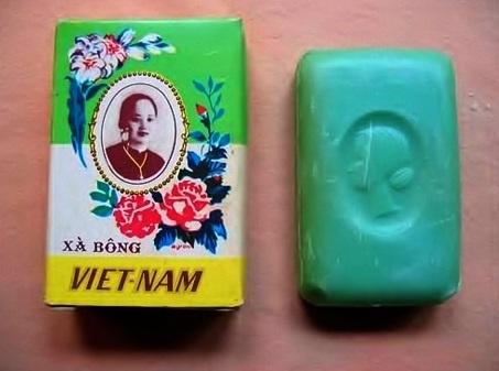 10 thuong hieu khong chet trong long nguoi Viet hinh anh 2 1. Xà bông Cô Ba: Năm 1932, ông Trương Văn Bền thương gia nổi tiếng Nam Kỳ mở nhà máy làm xà bông lấy tên là xà bông Việt Nam. Ông đã dùng hình ảnh