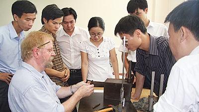 Luong lao dong nuoc ngoai gap 4 lan Viet Nam hinh anh 1 Lương lao động nước ngoài tại Việt Nam trung bình trên 16,6 triệu đồng một tháng, gấp nhiều lần so với lao động trong nước. Ảnh: Pháp luật Việt Nam.