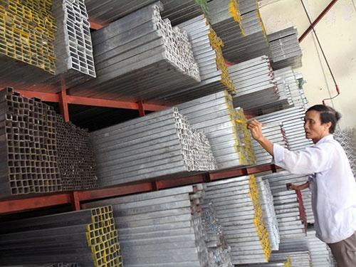 Lượng thép tiêu thụ mạnh nhưng các doanh nghiệp trong nước vẫn lo ngại khó cạnh tranh với thép giá rẻ từ Trung Quốc. (Ảnh chụp tại một cửa hàng vật liệu xây dựng trên đường Ung Văn Khiêm, quận Bình Thạnh, TP HCM) Ảnh: HOÀNG TRIỀU