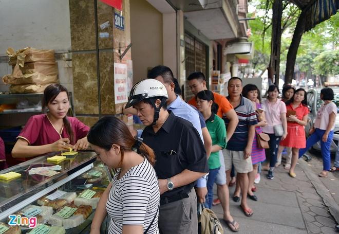 Bi dinh chi mot co so, banh Bao Phuong van dong khach hinh anh 2 Tuy một cơ sở bị đình chỉ hoạt động 2 ngày nhưng 2 cửa hàng hiệu bánh trung thu Bảo Phương vẫn hoạt động bình thường. Ảnh: Lê Hiếu.