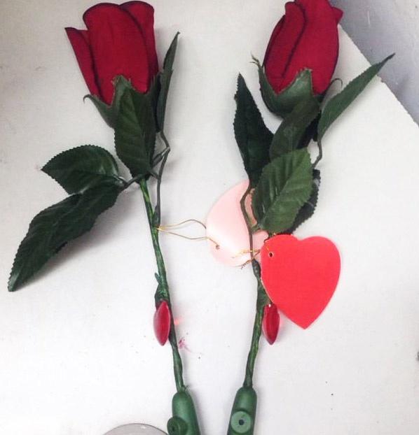 70.000 dong mot bong hoa hong 'biet noi' o Ha Noi hinh anh 1 Bông hồng có thể ghi âm được bán với giá 70.000-150.000 đồng. Ảnh: Ngọc Lan.