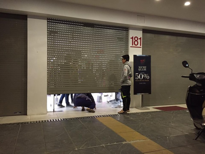 Bi mat cua cua hang giam gia 50% toan bo san pham hinh anh 2 Mức giảm giá 50% cộng với marketing online tốt khiến nhiều người lao vào mua sắm khiến nhân viên phải đóng cửa sếp.  Ảnh: Khánh Linh