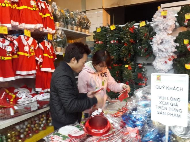 Do trang tri Noel gia re duoc chuong, hang dat tien e am hinh anh