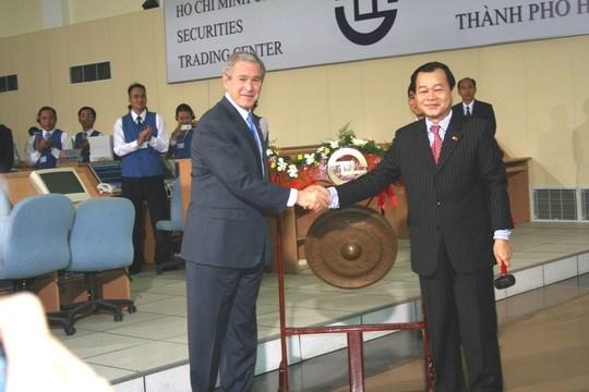 Sao lai dua 'Pho Wall' ra Ha Noi? hinh anh 2 Năm 2006, Tổng thống Mỹ George W. Bush lần đầu tiên đến Việt Nam đã đến tham quan Sở Giao dịch chứng khoán TP HCM.