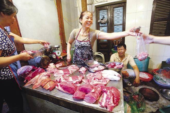 Sau tang gia xang, dien: Bo yeu cau, thi truong co chiu? hinh anh 1 Giá thực phẩm trên thị trường đã tăng sau đợt tăng giá xăng, điện.