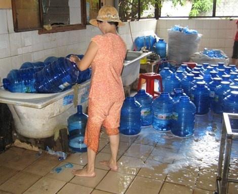 'Soi' tu nuoc da den heo quay: Doc va ban hinh anh 3 Khu vực sản xuất nước uống đóng chai của một cơ sở vô cùng nhếch nhác, dễ có nguy cơ nhiễm khuẩn.