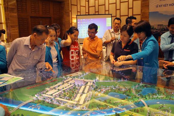 Nha giau Ha Noi bo tien mua dat vang Da Nang hinh anh 1 Thị trường bất động sản Đà Nẵng đang thu hút nhiều nhà đầu tư đến từ Hà Nội và các tỉnh phía Bắc.
