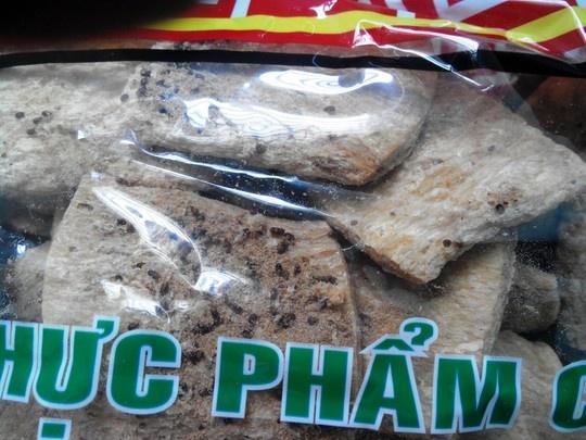 Vu mon chay suon non co doi: Nha san xuat chua nhan loi hinh anh 3 Mọt, côn trùng trong những gói sản phẩm còn hạn sử dụng với bao bì ghi là của công ty Âu Lạc.