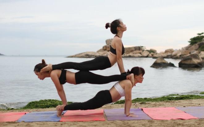 Yoga don binh minh tren bien Nha Trang hinh anh