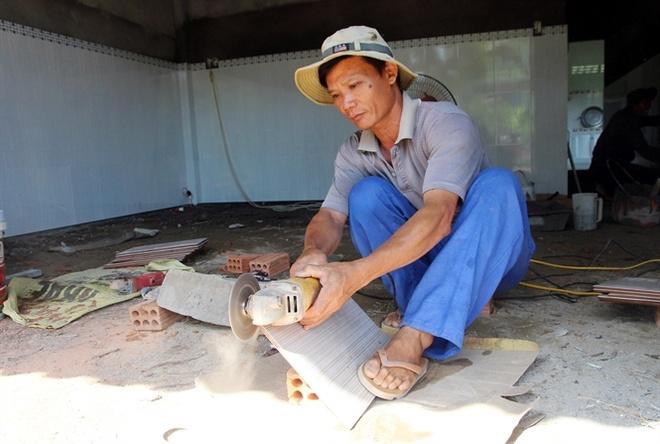 Om no vi ban bo, cam so do trong dua hau hinh anh 2 Trồng dưa thua lỗ, ông Phạm Văn Thanh đi làm phụ hồ.