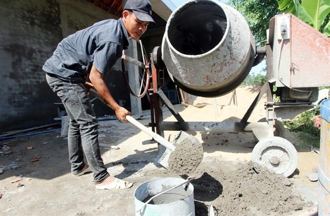 Om no vi ban bo, cam so do trong dua hau hinh anh 3 Anh Nguyễn Văn Lưu làm phụ thợ hồ lấy tiền trả tiền lãi ngân hàng.