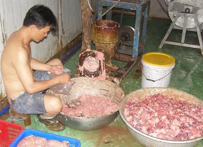 Ho bien thit ban thanh bo vien, dac san hinh anh 1 Các loại thịt gồm heo, gà, bò trộn chung với hóa chất và gia vị đưa vào máy xay trông rất bẩn... Đọc thêm tại: http://nongnghiep.vn/ho-bien-thit-ban-thanh-bo-vien-dac-san-post146736.html | NongNghiep.vn