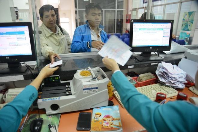 Khi thị trường bán lẻ điện cạnh tranh, khách hàng cá nhân được chọn nhà cung cấp điện cho mình. Trong ảnh: người dân đóng tiền điện tại Công ty Điện lực quận Gò Vấp, TP.HCM.