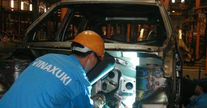 Ban nha may tra no, Vinaxuki vi dau nen noi? hinh anh 1 Công nhân làm việc trong nhà máy sản xuất ô tô số 1 Mê Linh (Hà Nội).