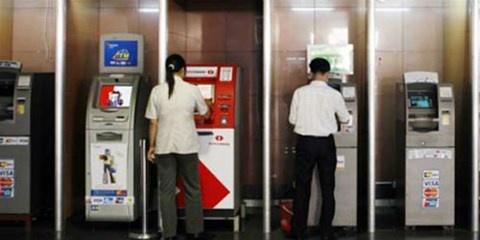 Giat minh vi khoan tien tren troi roi xuong cua the ATM hinh anh