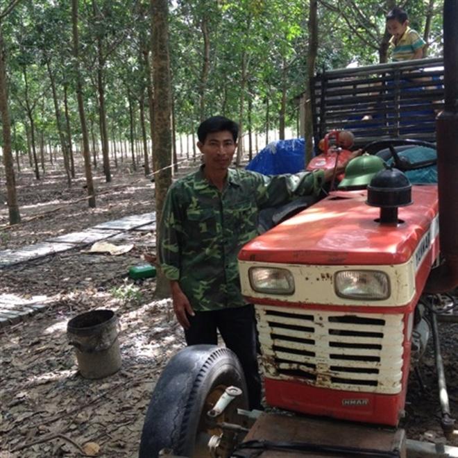 Anh Nguyễn Xuân Vinh bên chiếc máy cày phục vụ làm nương rẫy.