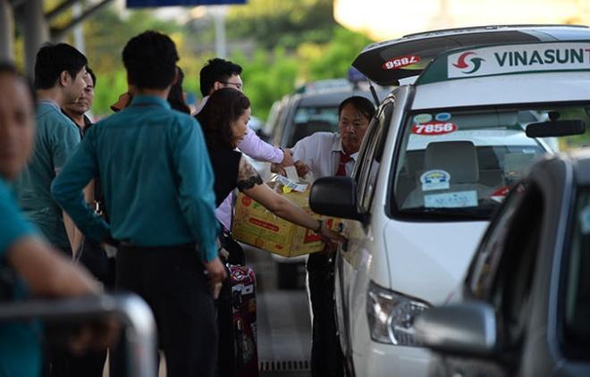 Cuoc van tai ngu quen hinh anh 2 Taxi Vinasun đón khách tại nhà ga sân bay Tân Sơn Nhất, TP HCM chiều 27/8.