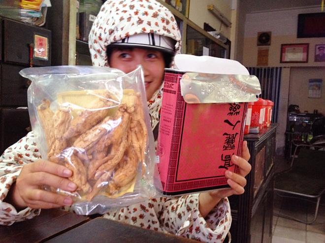 """Bo bac trieu mua... sam rac hinh anh 2 Theo một chủ cửa hàng bán sâm tại phố Lãn Ông (Hà Nội), các hộp sâm Cao Ly thế này đều là hàng Hàn Quốc """"xịn"""" nhưng trên hộp không hề có nhãn phụ hay giấy chứng nhận rõ ràng."""